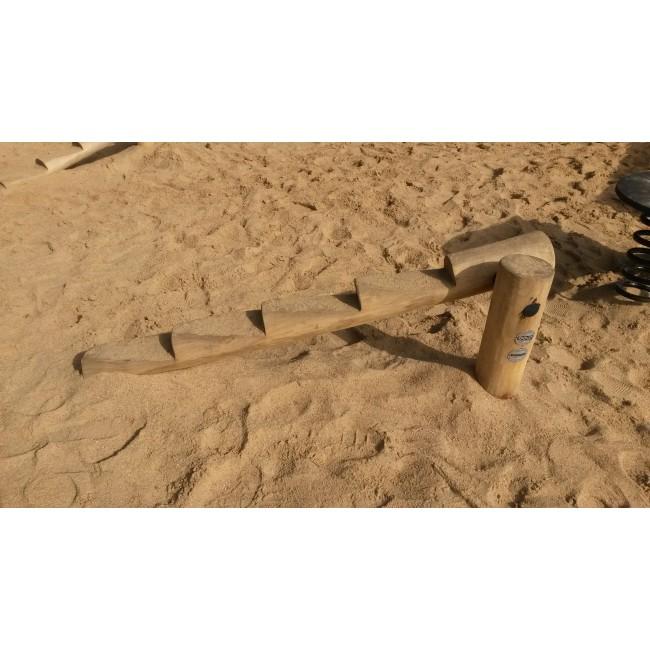 G2901 Lutande balansbom med trappsteg från Woodwork AB som passar bra som del av hinderbana